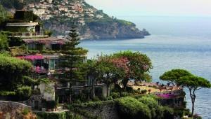Het idyllisch gelegen Hotel Il San Pietro di Positano is zo gebouwd dat het letterlijk gedeeltelijk in de rotswand verdwijnt. Het apero-terras met een panorama van 180 graden is legendarisch.