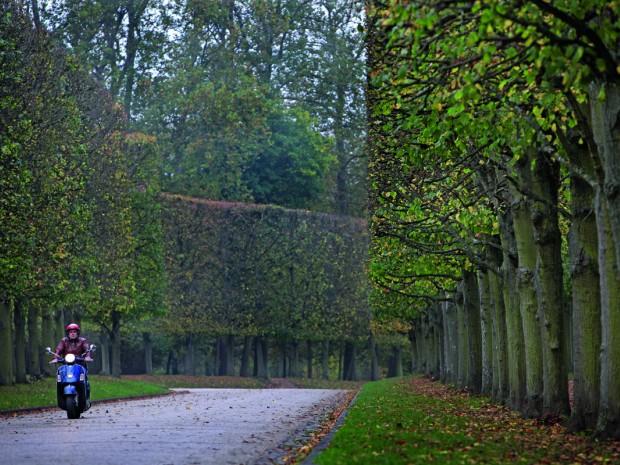 Delen van de tuinen van Versailles zijn tegen betaling opengesteld voor scooters en fietsers.