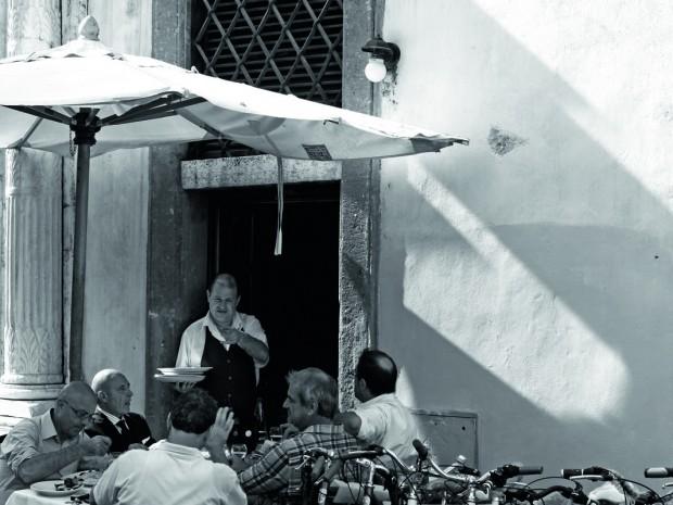 'Overdressers' drinken in Amalfi op de terrassen voor de imposante Duomo terwijl de hulpjes hun Louis Vuitton-koffers aan boord van het jacht versleuren. De Amalfitaanse kust bulkt altijd van het 'schoon volk'. Flaneren is de boodschap.