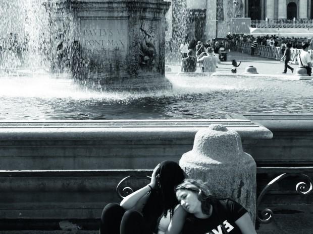 Vermoeide reizigers op   het Sint-Pietersplein.   Maar Rome is een   troostende stad.