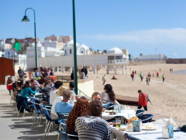 Calamres à volonté op de terrasjes aan het strand van Cadiz.